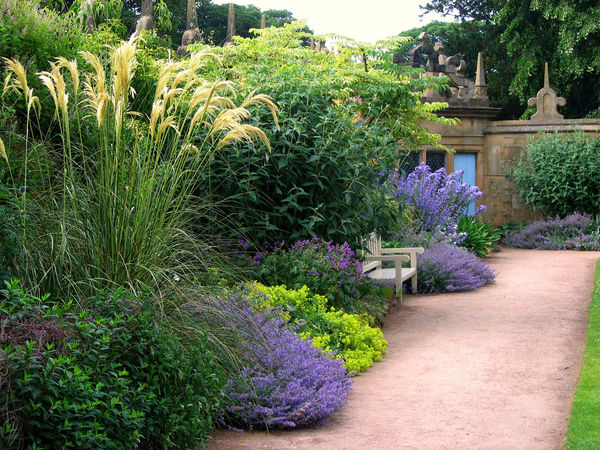 a-summer-garden-scene-from-hardwick-hall-in-derbyshire_l
