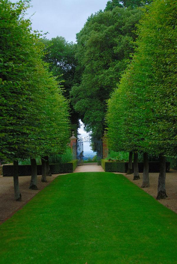 lawnmower-man-at-hidcote-manor-garden_l